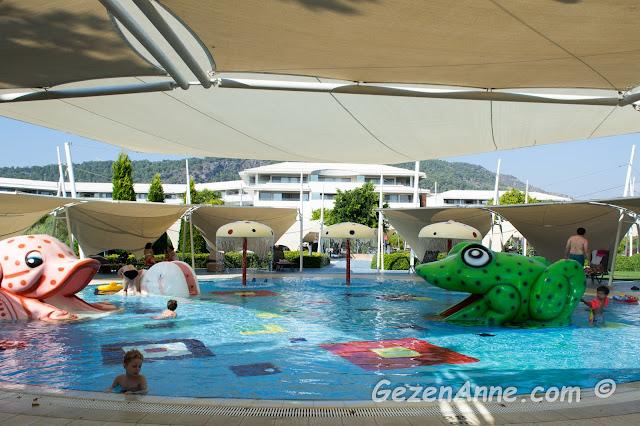üstü kapalı kaydıraklı, fıskiyeli çocuk havuzu, Hilton Dalaman Sarıgerme oteli