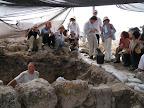 """ד""""ר מוטי אביעם מסביר ליפאנים באנגלית על החפירה וממצאיה"""