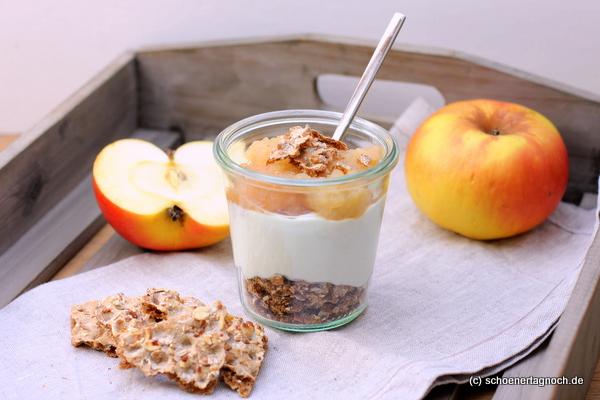 Müsli-Knäckebrot mit Quark und Apfelkompott im Weckglas