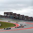Lewis Hamilton (Mercedes) leads Daniel Ricciardo (Red Bull)