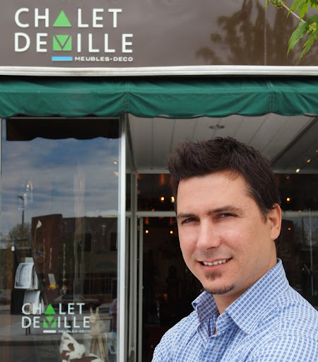 Daniel Caron, devant la boutique située au 10 Place Bourget Sud à Joliette