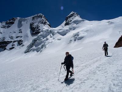 Gaudint del descens, amb el cim al fons