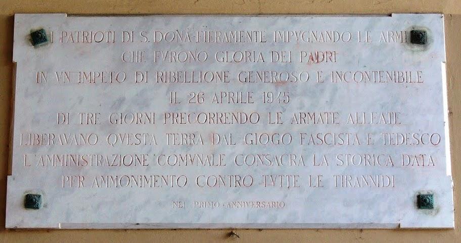 Lapide commemorativa della liberazione di San Donà presente sotto il porticato del municipio