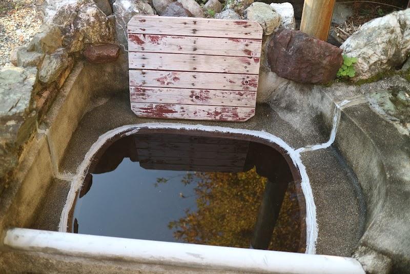 五右衛門風呂。底が熱くなるのですのこを敷いて浸かります。
