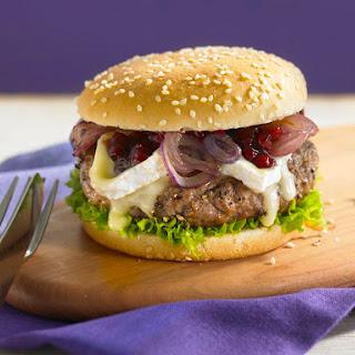 Pfefferburger mit karamellisierten Zwiebeln, Preiselbeeren und Camembert