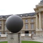 Assemblée nationale : Sphère commémorant la Déclaration des droits de l'homme et du citoyen