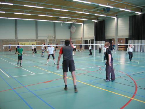 In de sporthal: badminton en volleybal.