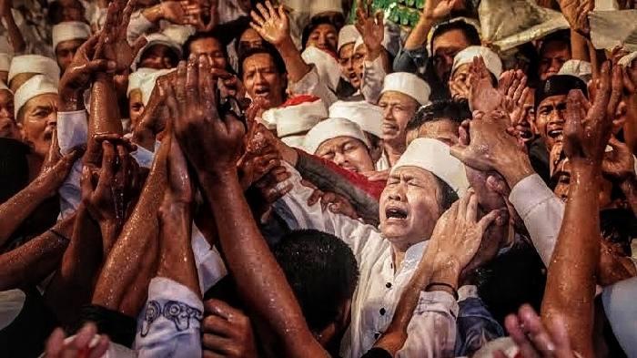 Siapa tidak kenal penyair Menyorong Rembulan, Cak Nun? Pria bernama lengkap Emha Ainun Najib itu rencananya akan diundang calon bupati terpilih Zairullah Azhar.