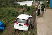 Laka Tunggal, Mobil Innova Jatuh di Pinggir Jalan