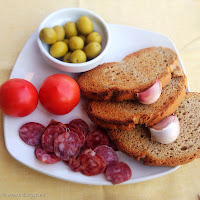 pan, ajo, fuet, tomate