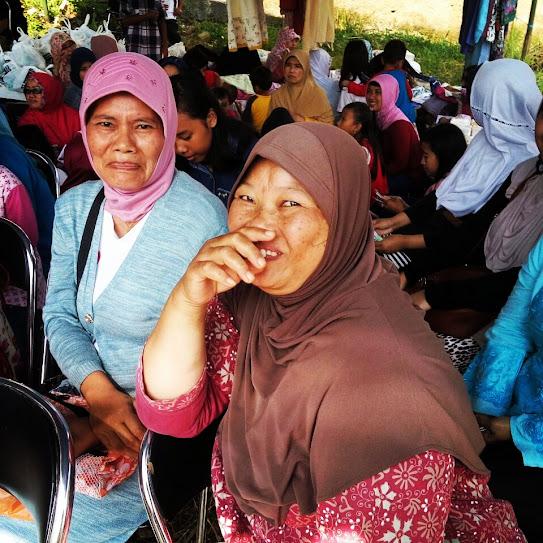 Ekspresi warga yang menghadiri kegiatan bakti sosial