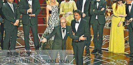 《飛鳥俠》獲最佳電影,米高基頓(前左)跟導演(前右)開心領獎。(美聯社圖片)