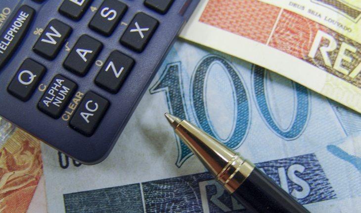 dinheiro-calculadora-caneta (1)