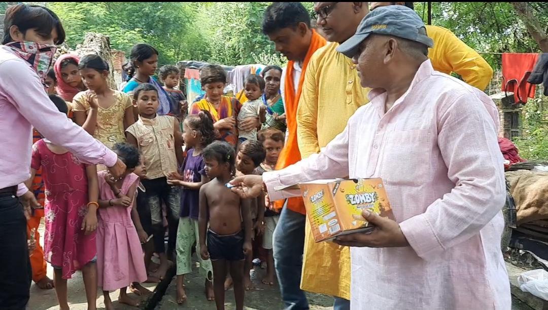 प्रधानमंत्री के जन्मदिन को लेकर भाजपा कार्यकर्ताओं ने दलित बस्ती में जाकर पठन-पाठन सामग्री, खिलौने तथा मिठाइयां बांटी।