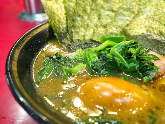ホウレンソウ、味玉、海苔が入ったラーメンスープ