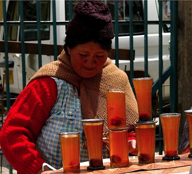 Cholitas al paso: Venta de refrescos y frutillas