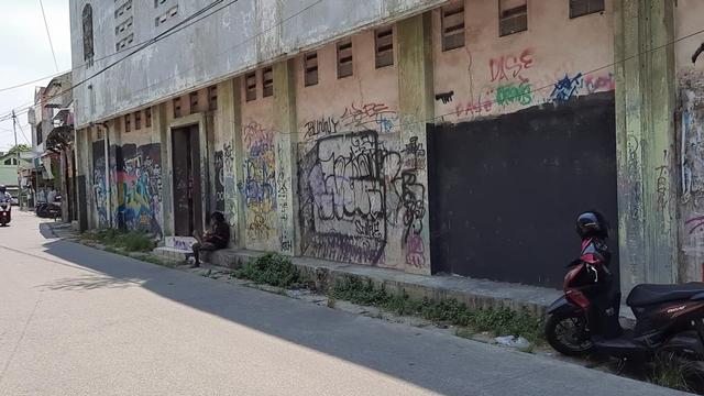 Polisi dan Satpol PP Klaim Tak Hapus Mural 'Butuh Logistik' di Karawang, Lalu Siapa?