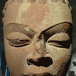 Tête de Buddha. Uttar Pradesh, Mathura. Epoque gupta, vers 430-435. Grès rose. MA5029