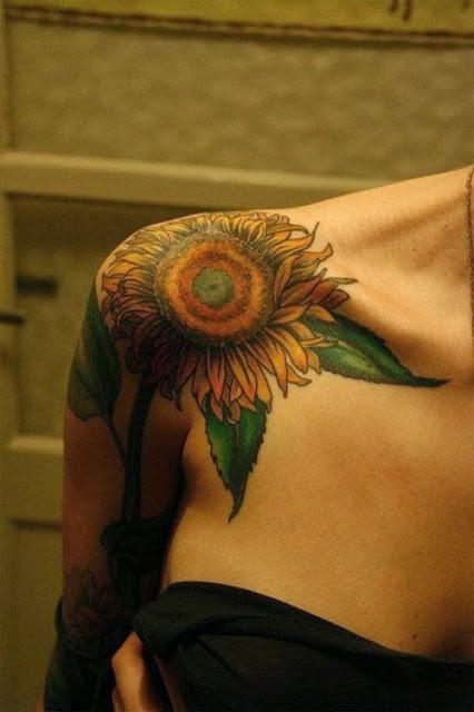 Flor tatuagens pode ser feito para ambos os homens e as mulheres em seu Ombro