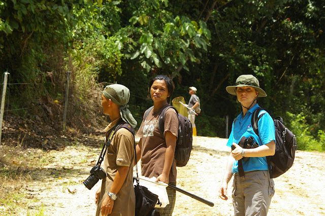 """Eddie Ahmad, Hamisah Elahan """"Mislin"""" et Felicity Oram. En bordure de la plantation de palmiers à huile. Sukau, 12 août 2011. Photo : J.-M. Gayman"""