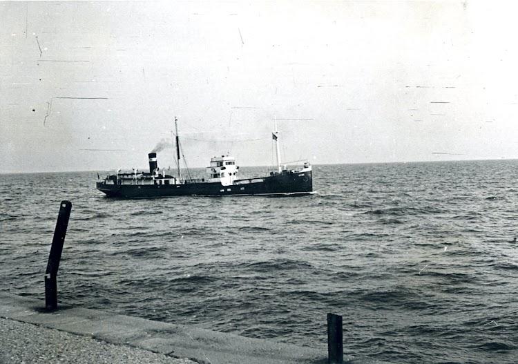El OPHIR entrando en el puerto de Valencia. Foto años cincuenta. Esta foto fue hecha al buque por mi padre.tif