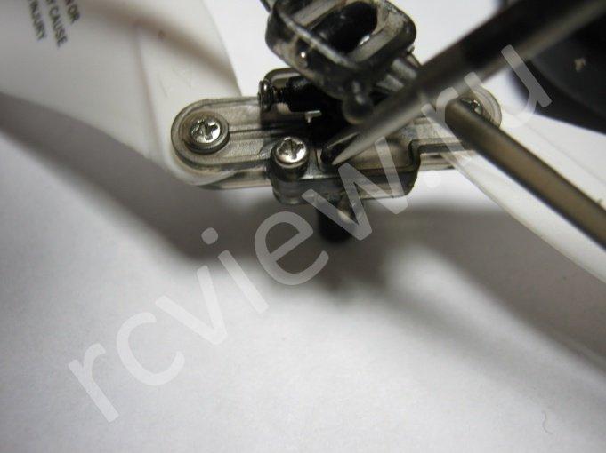 Четвертый этап разборки головы несущего винта радиоуправляемого минивертолета