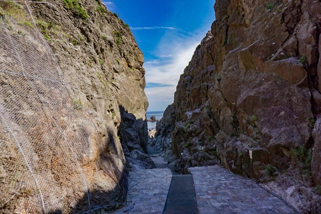 岩と岩の間の細道
