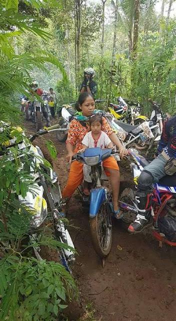NGAKAK !!! Anak2 Trail Dibikin Bengong Sama Aksi Ibu-ibu Ini...