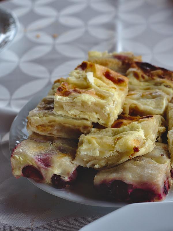 Retes, varianta locala a placintei, cu branza dulce sau cu visine.