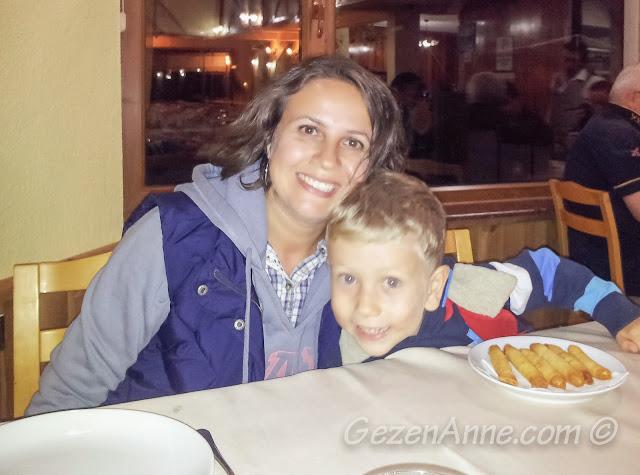 Bolu Abant Gölü kenarındaki Kır Gazinosu'nda yemek yerken