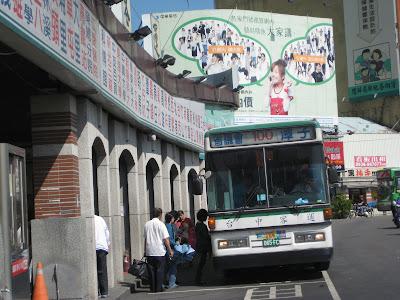 100路公車(省議會<->潭子),以前是到省議會,現在是到亞洲大學