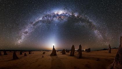 a Via Láctea sobre os Pináculos na Austrália