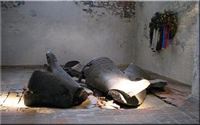 Campanas semienterradas en el suelo desde el bombardeo de 1942 - Sta. María - Lübeck