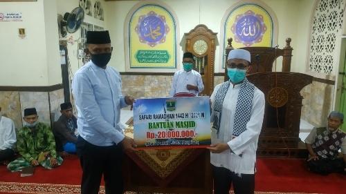 Safari Ramadan ke Masjid Baitussalam, Ustaz Irsyad Syafar Serahkan Bantuan Rp 20 Juta