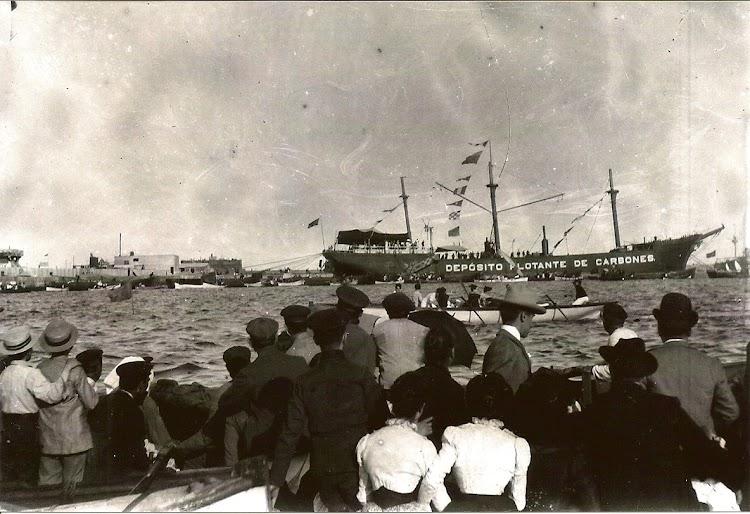 El día de su inauguración, el pontón COLUMBUS visto por su costado de estribor. Copyright Archivo Manuel Rodríguez Aguilar.jpg