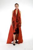 – RED- jednodenní společenský oděv, materiál netkanná textilie, ručně barveno - orientační cena 3.000,-Kč