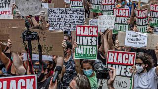 imagen de personas protestando con pancartas