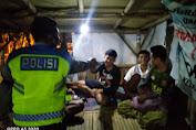 Kanit Binmas Polsek Pusakanagara Lakukan Imbauan Prokes dan Bagikan Masker di Malam Hari
