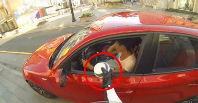 Jovem Mulher Motociclista Russa Vinga-se Das Pessoas Que Atiram Lixo Nas Ruas De Moscovo!!