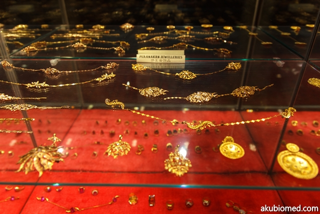 Koleksi barang kemas emas peranakan