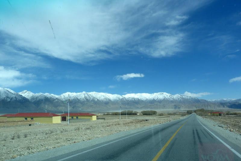 XINJIANG. Karakoram Highway, lune des plus haute route au monde, en passant a 4400 m - P1280541.JPG