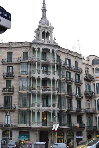 Barselona sokaklarındaki modernista binalar
