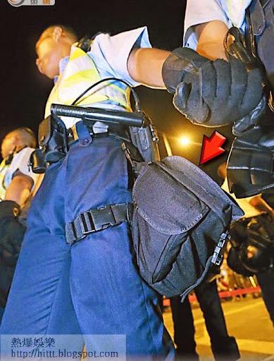 在場警員配備防毒面罩(箭嘴示),現場消息指警方清場時,可能會施放催淚氣體。