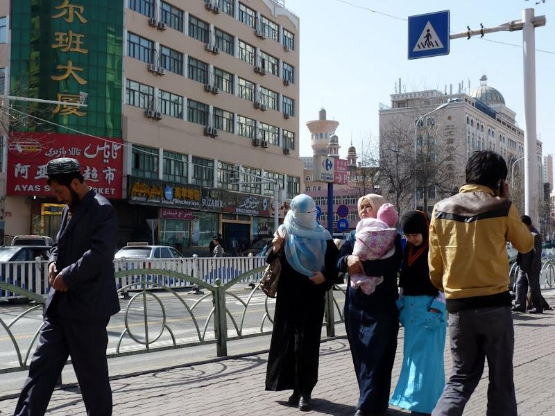 XINJIANG. Urumqi, Grand Bazar, 8 avril - P1270251.JPG