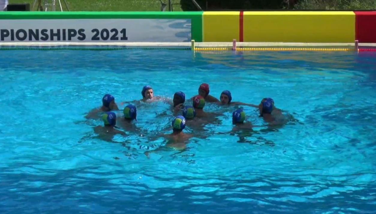 Seleção basileira se reúne no meio da piscina antes do início do jogo