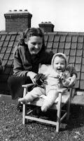 Groeneweg, Adriana geb. 12-08-1926 Rotterdam + dochter Lia .jpg