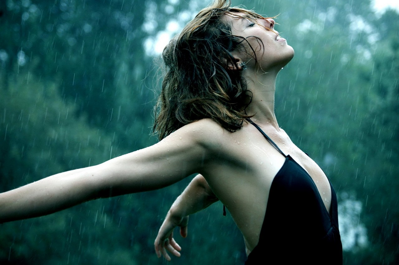 Ngực lép tắm mưa