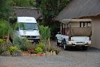 Inyanga Safari Lodge har disse to biler. Ture i det nærliggende område bliver kørt i den åbne bil, og ellers bruges bussen.