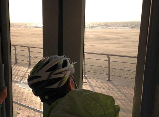 Kusttram: die 68 KM lange Straßenbahn an der belgischen Küste mit Blick auf Strand und Wellen