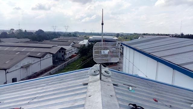 Instal Wireless Link PTP Dengan Pipa Mounting Minimalis Diatas Atap Seng Pabrik